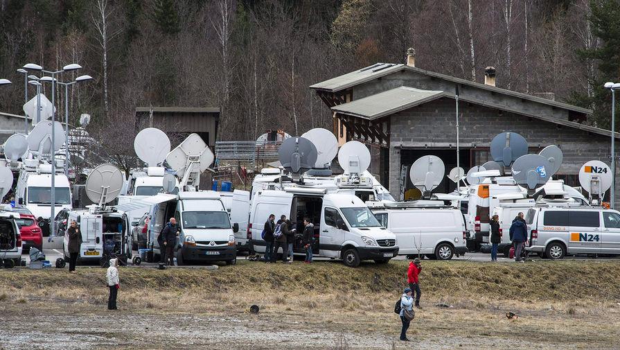 Пресса недалеко от места, где потерпел крушение самолет Airbus A320 авиакомпании Germanwings, 25 марта 2020 года