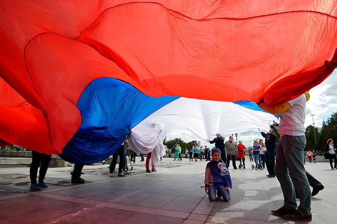Участники праздничных мероприятий по случаю Дня государственного флага РФ на Плотинке в Екатеринбурге