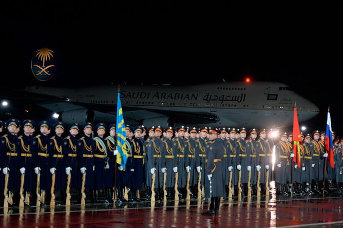 Почетный караул, выстроенный для встречи короля Саудовской Аравии Сальмана Бен Абдель Азиз Аль Сауда, прибывшего в РФ с государственным визитом, во время официальной встречи в аэропорту Внуково, 4 октября 2017 года
