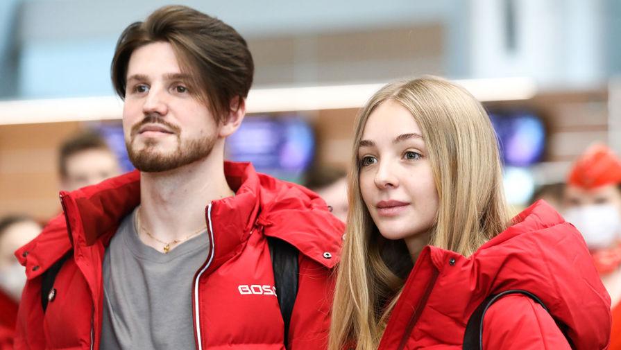 Фигуристы Александра Степанова и Иван Букин перед вылетом в международном аэропорту Шереметьево, 20 марта 2020 года