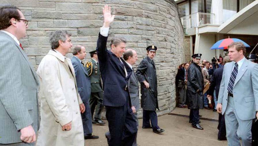 Президент Рейган выходит из отеля Хилтон в Вашингтоне и приветствует толпу перед покушением, 30 марта 1981 года