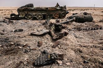 Подбитый танк в провинции, освобожденной сирийской армией от боевиков ИГ