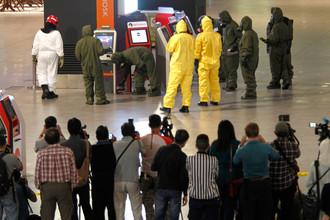 Следственная группа проводит проверку киосков в международном аэропорту Куала-Лумпур, Малайзия, 26 февраля 2017 года