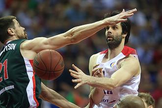 Милош Теодосич (справа) не заметил сопротивления «Локомотива»
