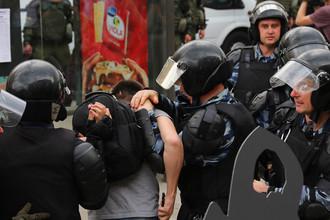 Задержание участника несанкционированного митинга на Тверской улице в Москве