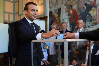 Президент Франции Эммануэль Макрон на избирательном участке во время второго тура парламентских выборов, 18 июня 2017 года