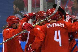Российские игроки радуются заброшенной шайбе в матче Россия- США по хоккею среди мужчин группового этапа на XXIII зимних Олимпийских играх