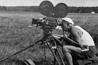 Всеволод Пудовкин за кинокамерой во время съемок
