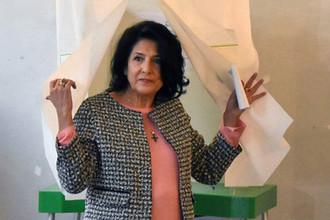 Кандидат на пост президента Грузии Саломе Зурабишвили голосует на одном из избирательных участков в Тбилиси, 28 ноября 2018 года