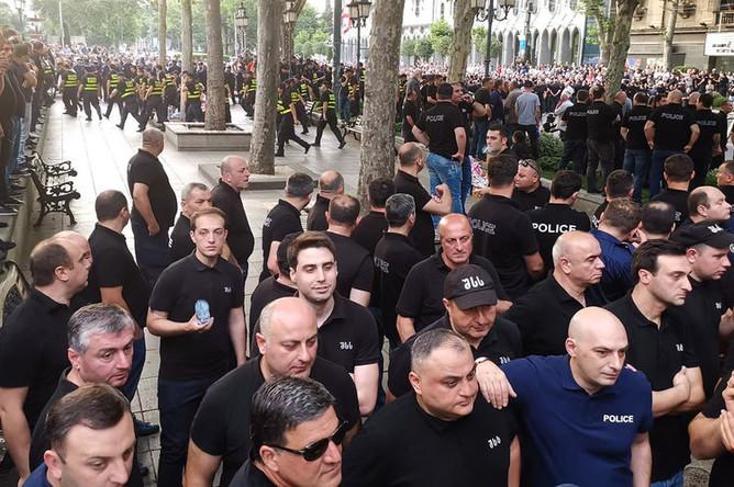 Сотрудники полиции и участники акции протеста в Тбилиси, 9 июля 2019 года