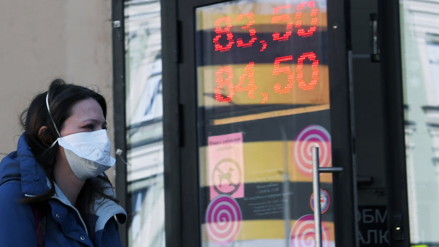 Рубль заметно растет к доллару и евро