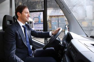 Министр промышленности и торговли РФ Денис Мантуров за рулем автобуса «ГАЗель NEXT» на территории Горьковского автозавода