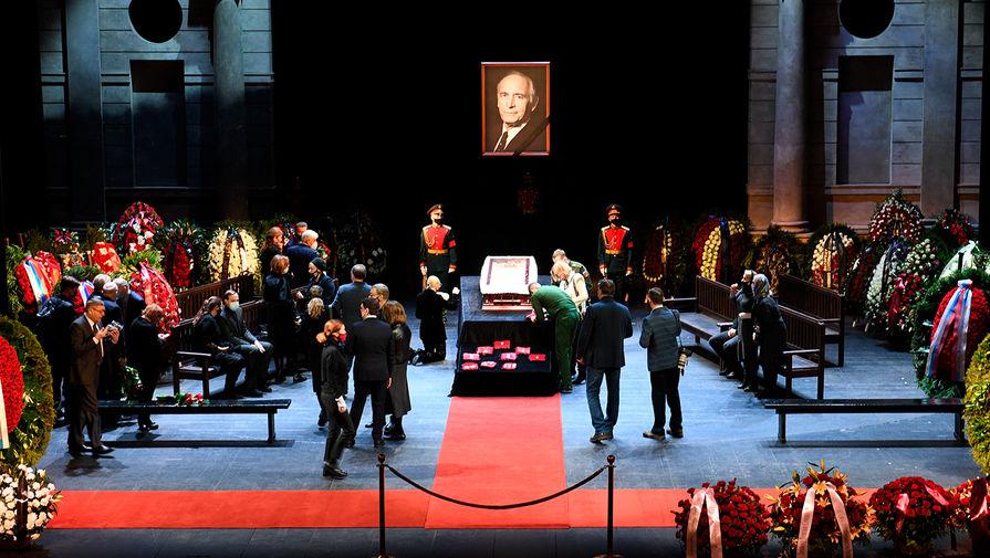 Во время церемонии прощания с Василием Лановым в театре Вахтангова в Москве, 1 февраля 2021 года