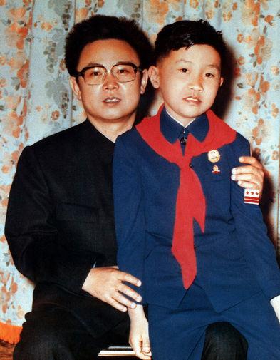 Ким Чен Ир на сувенирном снимке с мальчиком, 1980 год