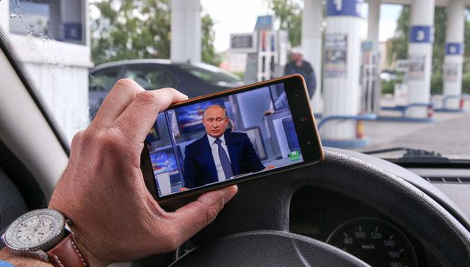Водитель на АЗС в Рязани во время трансляции «прямой линии» с президентом России...