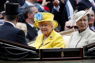 Королева Елизавета II и принцесса Анна