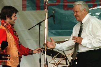 Певец Евгений Осин и президент России Борис Ельцин в Ростове, 1996 год