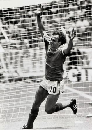 Футболист Мишель Платини во время игры Франции с Бразилией в матче Чемпионата мира в Мексике, 1986 год