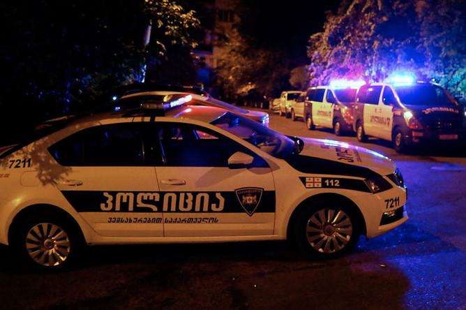 Полицейские автомобили неподалеку от здания телеканала «Рустави 2» в Тбилиси, 8 июля 2019 года
