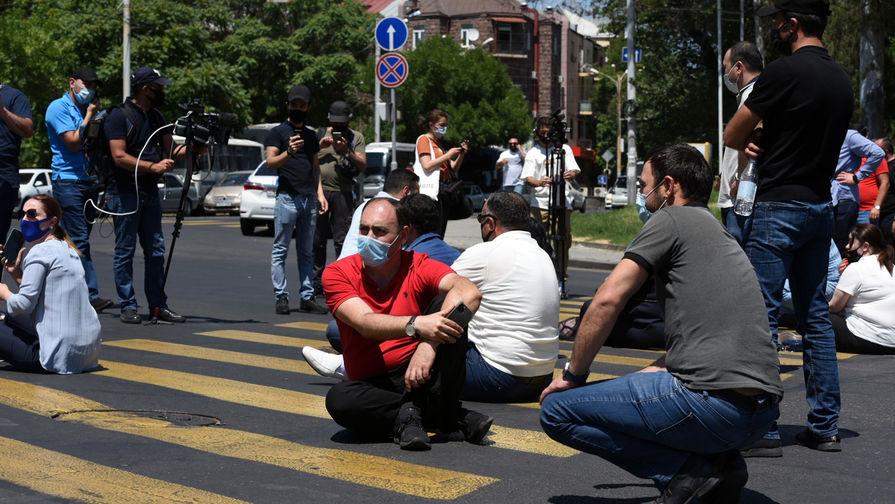 Участники акции в поддержку главы оппозиционной парламентской фракции «Процветающая Армения» предпринимателя Гагика Царукяна у здания Службы национальной безопасности (СНБ) в Ереване, 14 июня 2020 года