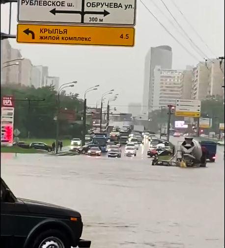 Последствия ливня на Варшавском шоссе в Москве, 20 июня 2020 года
