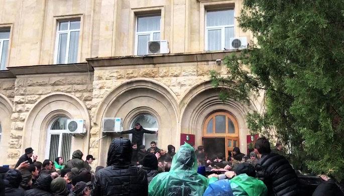 Протестующие около здания администрации президента Абхазии в Сухуме, 9 января 2019 года