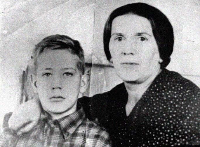 Владислав Крапивин с мамой Ольгой Петровной, 1950 год