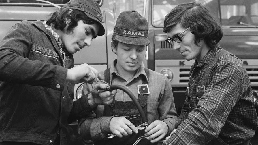 Передовые сборщики главного конвейера камского объединения по производству большегрузных автомобилей «КамАЗ», 1976 год