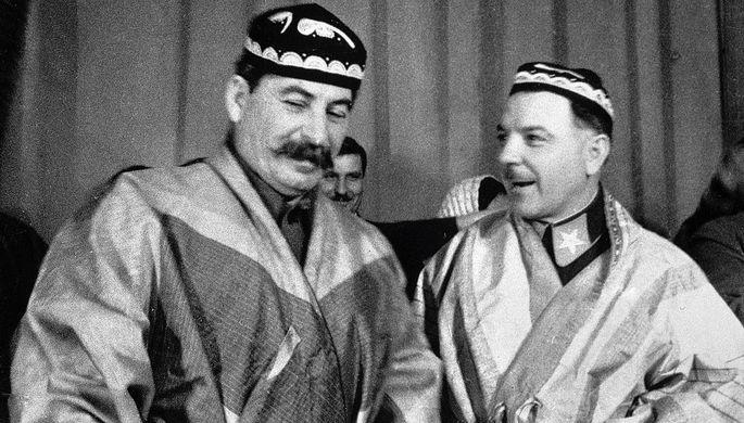Иосиф Сталин и Климент Ворошилов в национальных костюмах, подаренных им делегатами- участниками совещания передовых колхозников Туркмении и Таджикистана, 1935 год