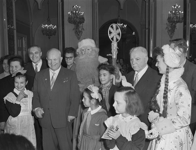 Первый секретарь ЦК КПСС, председатель Совета министров СССР Никита Хрущев и председатель Президиума Верховного Совета СССР Климент Ворошилов на новогоднем празднике в Кремле, 1959 год