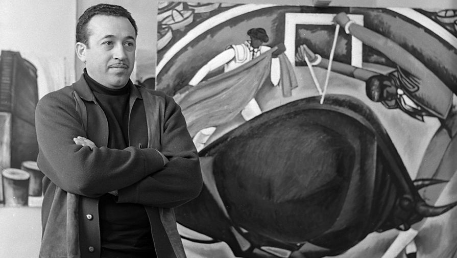 Художник Таир Салахов на фоне картины «Коррида» в своей мастерской, 1970 год