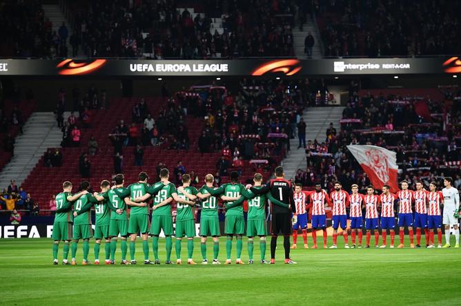 Футболисты «Атлетико» и «Локомотива» перед началом матча 1/8 финала Лиги Европы