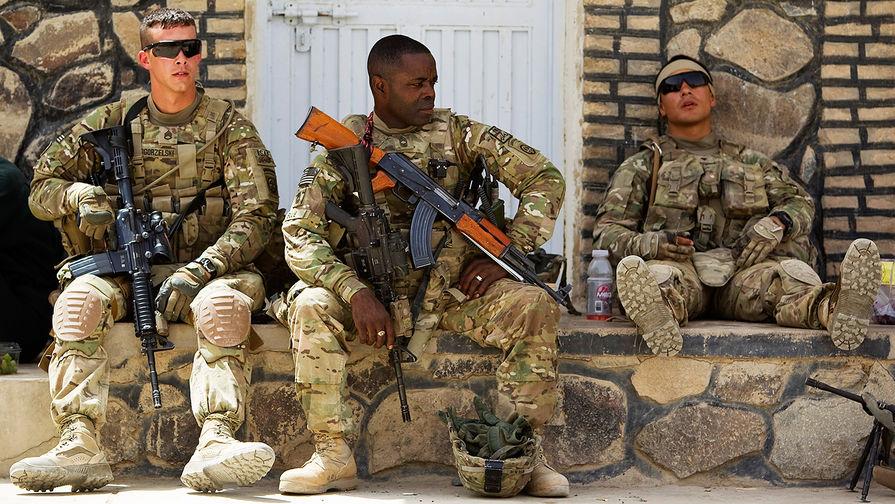 Американский военнослужащий с автоматом Калашникова в афганской провинции Кандагар, 2012 год