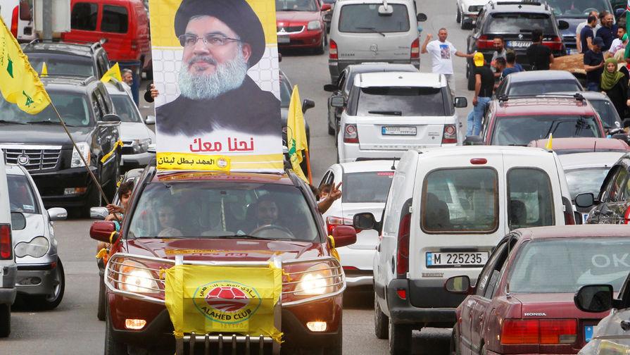 Автомобиль с портретом лидера «Хезболлы» Хасана Насраллы в городе Бинт-Джубайль на юге Ливана во...