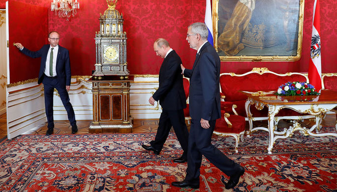 Президент Австрии Александр Ван дер Беллен и президент России Владимир Путин во время визита в Вену...