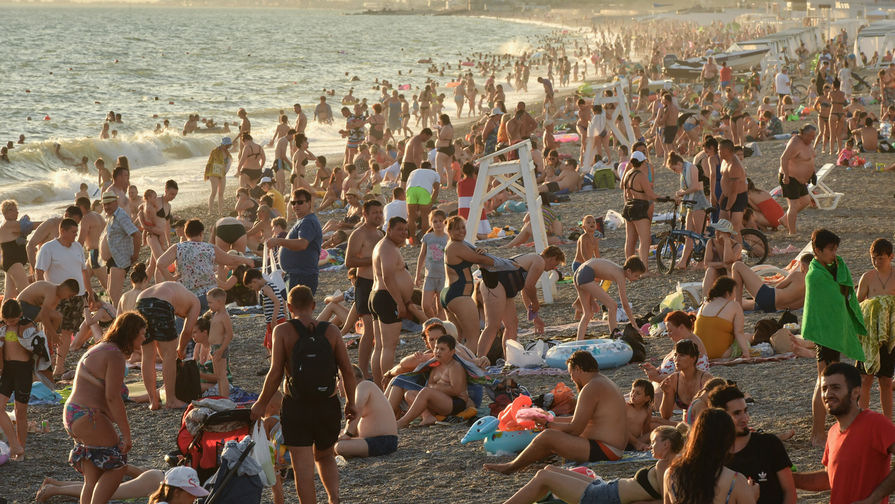 Отдыхающие на пляже в поселке городского типа Новофедоровка Сакского района, июль 2020 года