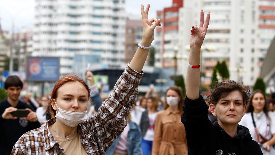 Участницы демонстрации против полицейского насилия на четвертый день протестов в Минске, 12 августа 2020 года
