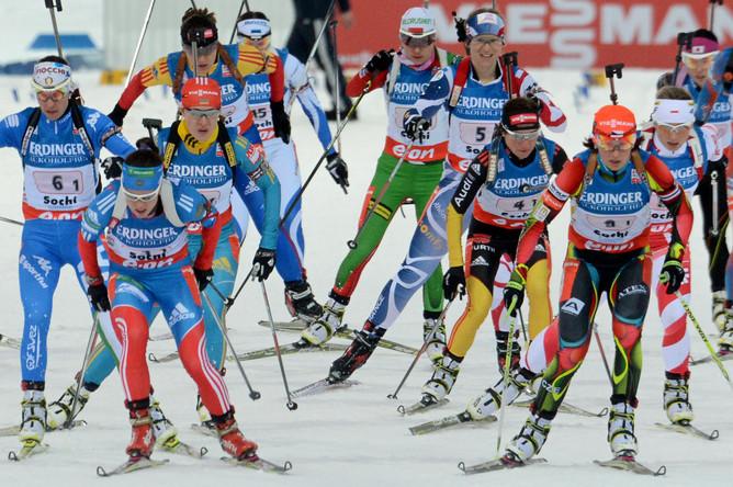 Погода в Ханты-Мансийске – 16 градусов мороза, спортсменки в массовом порядке стартовали с разноцветными от особых утепляющих наклеек лицами, причем фавориты постарались в такую погоду «отстреляться» как можно быстрее, разобрав стартовые номера
