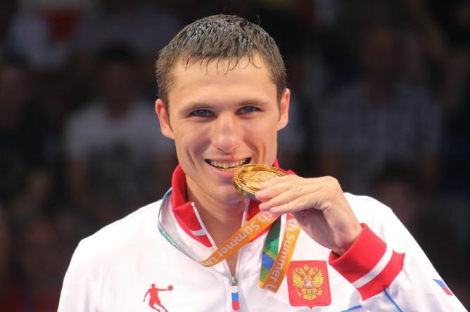 Андрей Замковой (Россия), завоевавший золотую медальв соревнованиях по боксу в весовой категории до...