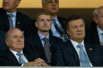 Йозеф Блаттер (слева) заявил, что «Таврия» и «Севастополь» доиграют сезон в чемпионате Украины