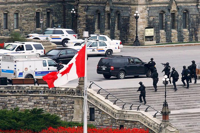 Вооруженные офицеры полиции у здания канадского парламента в Оттаве