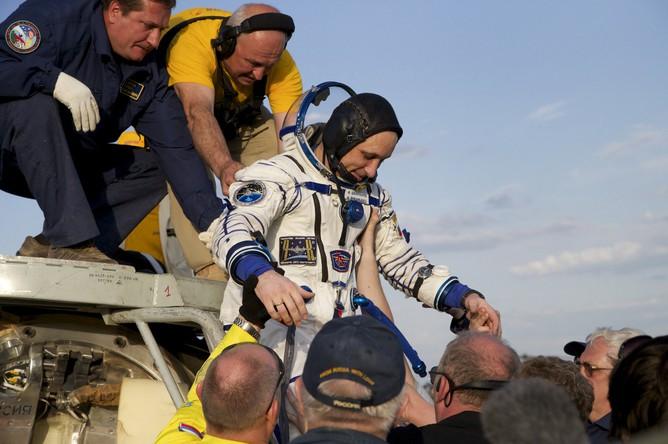 Астронавт основного экипажа 42/43-й экспедиции МКС Антон Шкаплеров (Россия) после эвакуации поисково-спасательной группой экипажа экспедиции МКС из спускаемого аппарата корабля «Союз ТМА-15М» после его приземления в степях Казахстана