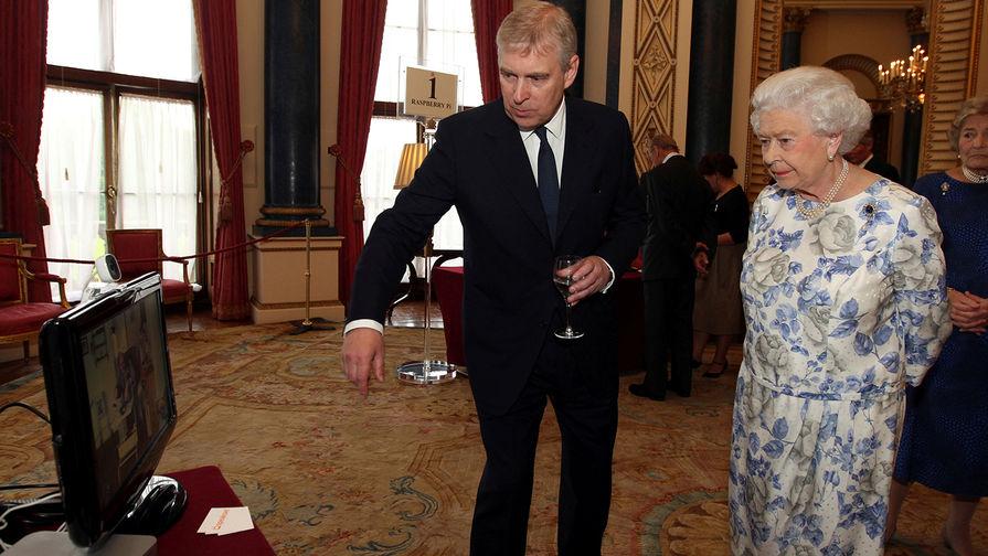 Герцог Йоркский Эндрю и королева Великобритании Елизавета II в Букингемском дворце, 2014 год