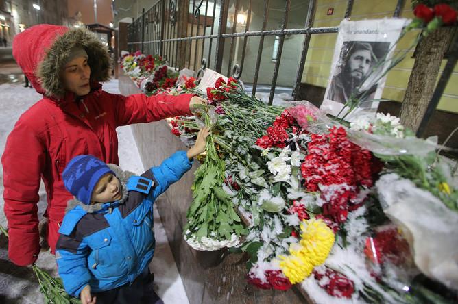 Москвичи возлагают цветы к посольству Кубы