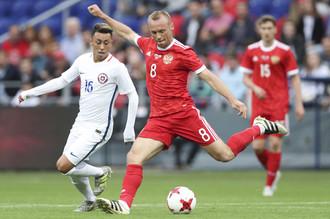 Полузащитник сборной России Денис Глушаков в товарищеском матче против Чили
