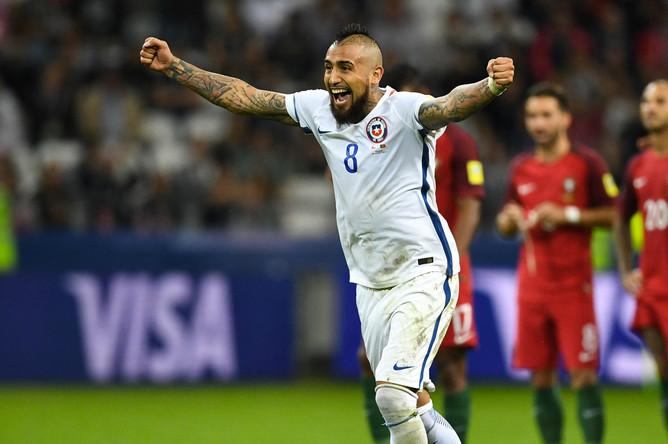 Артуро Видаль (Чили) радуется забитому мячу