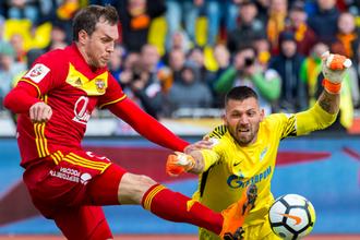 Нападающий «Зенита» Артем Дзюба борется за мяч с вратарем «Зенита» Юрием Лодыгиным