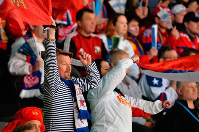 Болельщики сборной России во время полуфинального матча плей-офф молодежного чемпионата мира по хоккею между сборными командами России и США