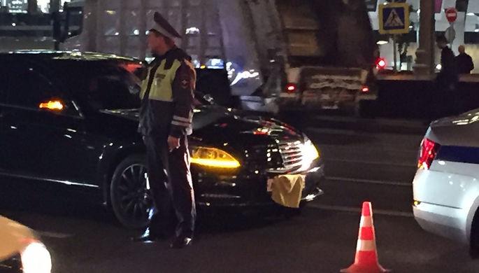 Mercedes-Benz S-класса с закрытыми номерами после аварии на Новом Арбате в Москве, 25 сентября 2017 года