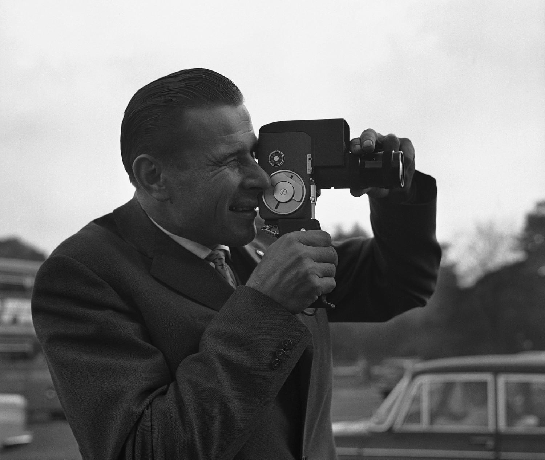 Лев Яшин с кинокамерой в Лондоне накануне матча в Уэмбли, 1963 год